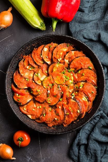 Ratatouille provence francês prato de legumes abobrinha berinjela pimentas e tomates Foto gratuita
