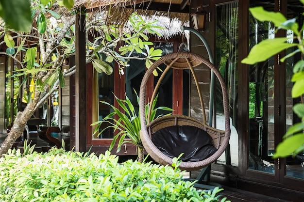 Rattan cadeira vime pendurado casa terraço Foto Premium