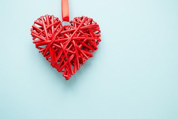 Rattan de vime coração vermelho no azul Foto Premium