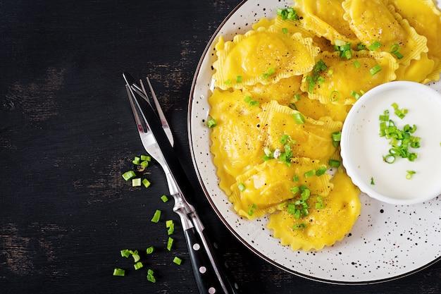 Ravioli com espinafre e queijo ricota. Foto gratuita