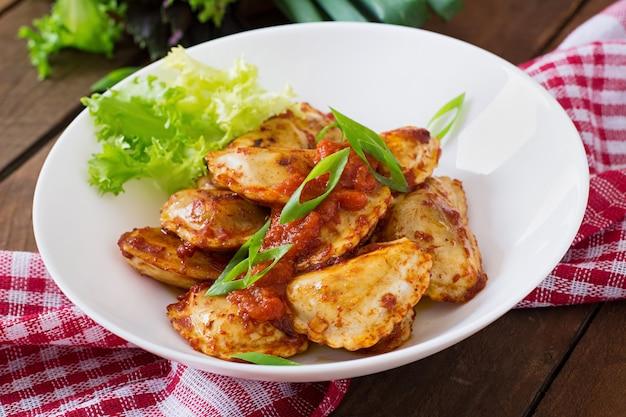 Ravioli delicioso com molho de tomate e cebola verde Foto Premium