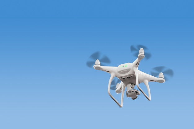 Rc zangão / quadcopter moderno com câmera voando ao nascer do sol. Foto Premium