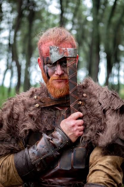 Real viking segurando seu machado Foto Premium