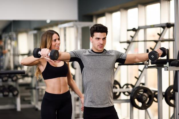 Realização de fitness lifestyle músculo jovem Foto gratuita