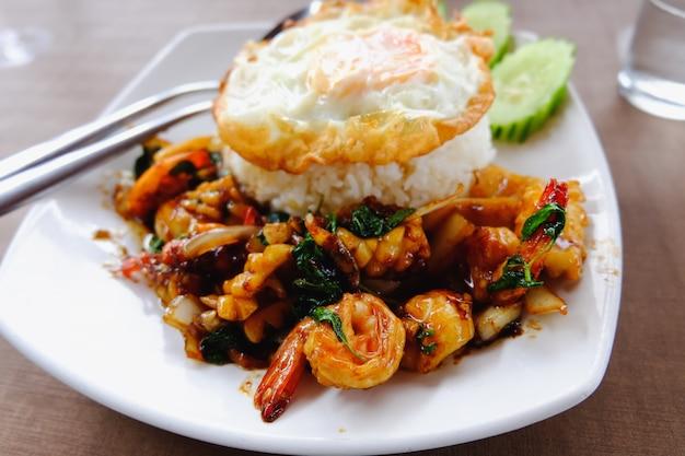 Receita de arroz frito camarão manjericão comida tailandesa picante (krapao goong) Foto Premium