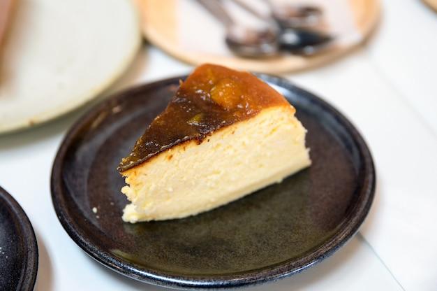 Receita de cheesecake de abóbora na placa cerâmica Foto Premium
