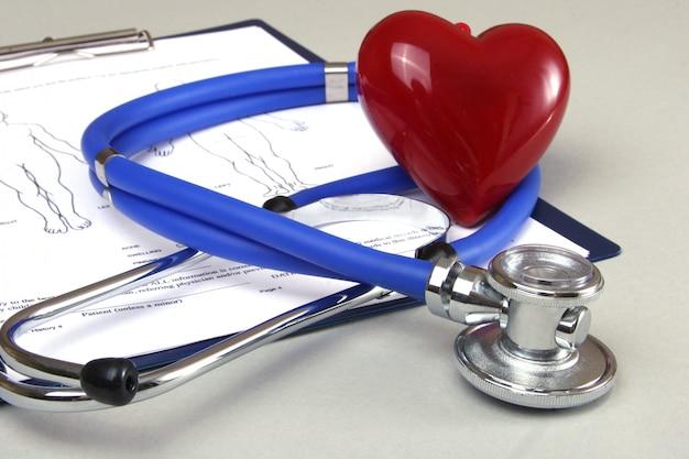 Receita de rx, coração vermelho e um estetoscópio em branco Foto Premium