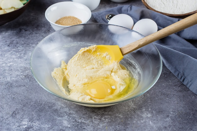 Receita passo a passo. tortas caseiras com maçãs e flocos de amêndoa. processo de preparação de massa Foto Premium