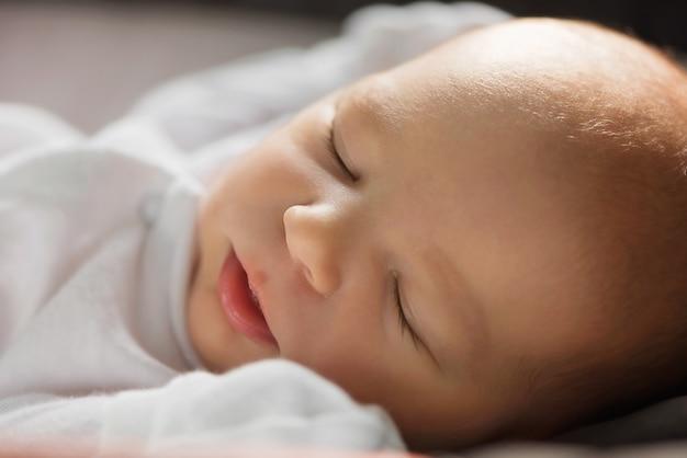 Recém-nascido adormecido Foto Premium