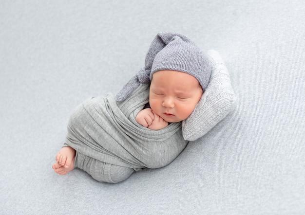 Recém-nascido descansando no travesseiro Foto Premium