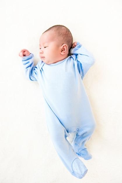 Recém-nascido lindo bebê fofo deitado no lençol branco Foto Premium