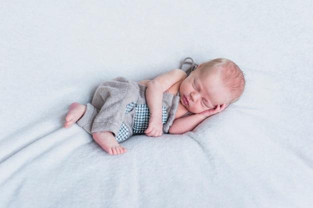 Recém nascido pequeno no cobertor Foto Premium