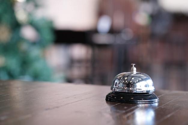Recepção do hotel balcão de recepção com sino de serviço. Foto Premium