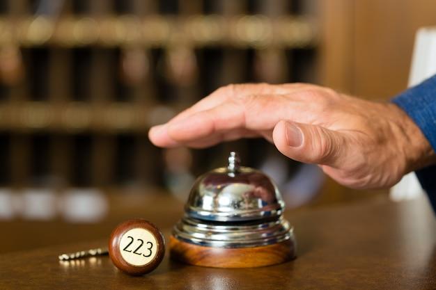 Recepção, sino do hotel antes de usar Foto Premium