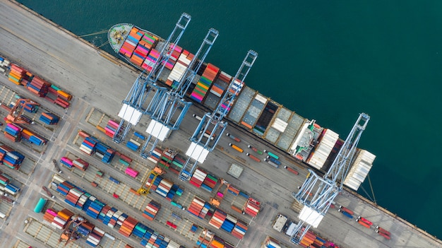 Recipiente levando do navio de recipiente da vista aérea logístico no negócio de exportação da importação logístico e no transporte. Foto Premium
