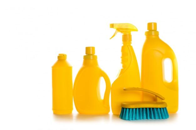 Recipiente plástico do produto de limpeza para a casa limpa no fundo branco Foto Premium