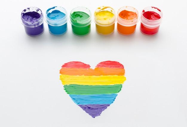 Recipientes arco-íris de tinta para orgulho amor e coração Foto gratuita