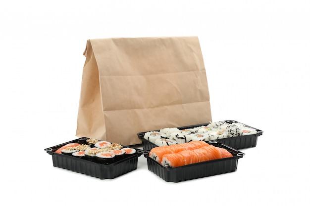 Recipientes com sushi isolado na superfície branca. entrega de alimentos Foto Premium