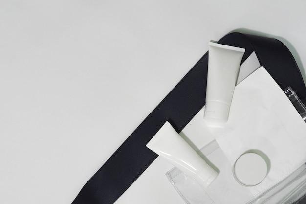 Recipientes de garrafa cosmética branco produto com sacos. Foto Premium