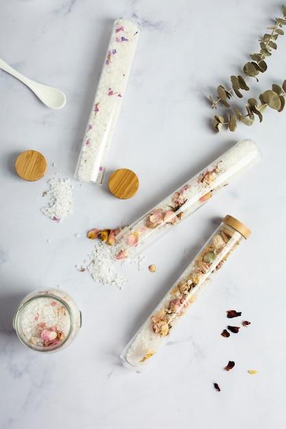 Recipientes de spa com flores secas e sal mineral Foto gratuita