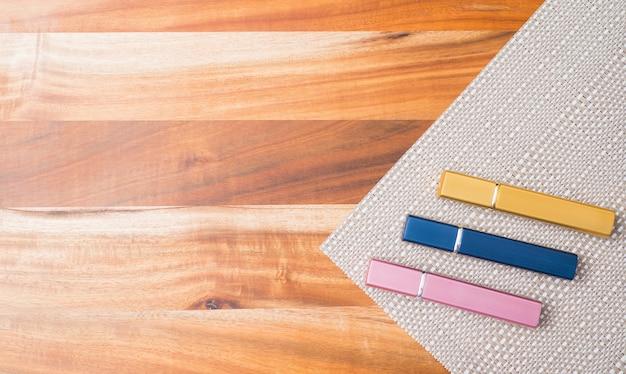 Recipientes naturais da garrafa dos cosméticos no fundo de madeira, garrafa vazia, produto natural do skincare da beleza, Foto Premium