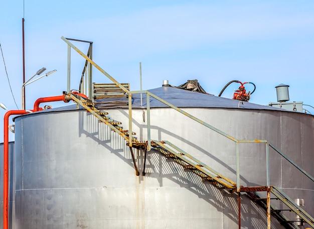 Recipientes para armazenamento de derivados de petróleo Foto Premium