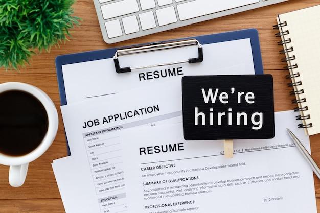 Recrutamento de emprego com a contratação de sinal Foto Premium