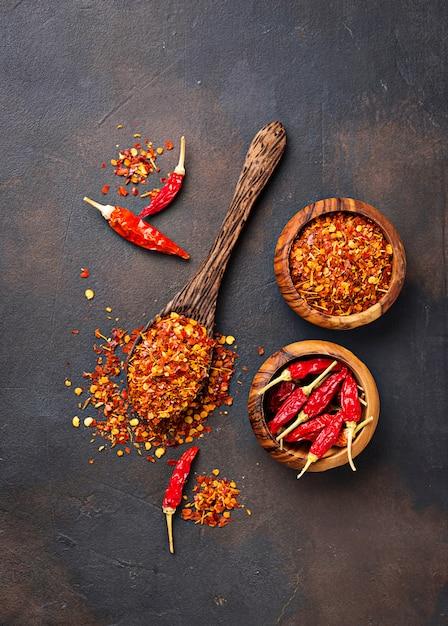 Red hot chilli peppers em fundo enferrujado Foto Premium