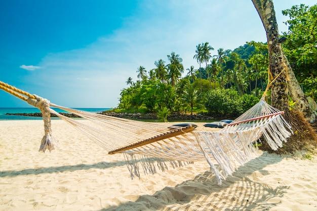 Rede com praia tropical natureza bonita Foto gratuita