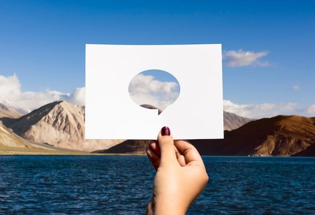 Rede de comunicação global perfurado balão de papel Foto gratuita