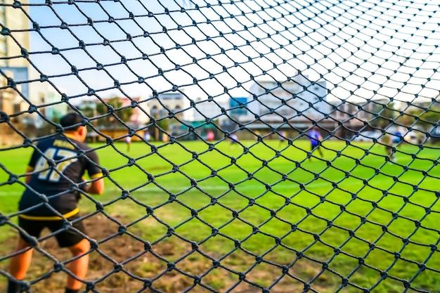 Rede de golos de futebol no campo com desfoque de fundo. Foto Premium