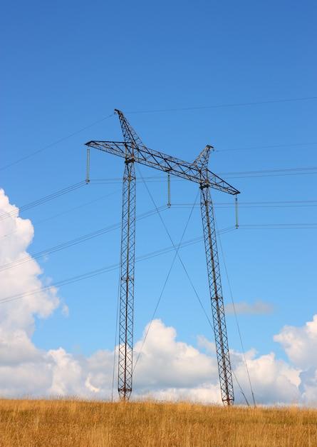 Rede elétrica perto do campo Foto Premium