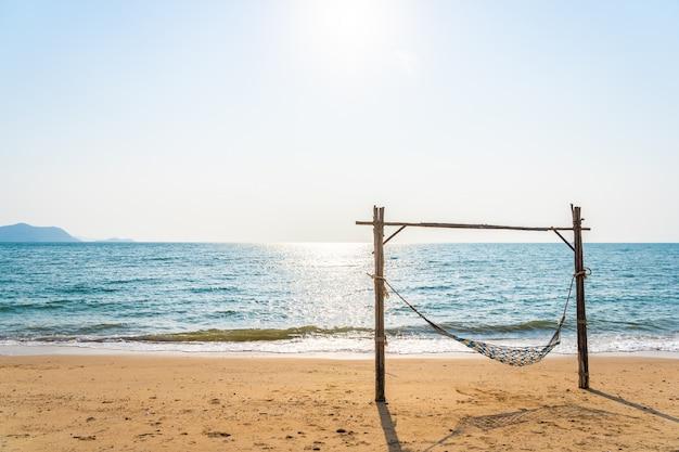 Rede vazia balanço na bela praia e mar Foto gratuita
