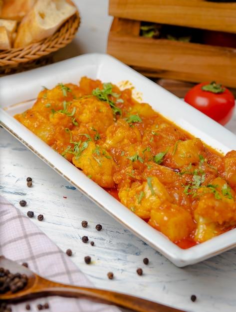 Refeição de ensopado de frango em molho de tomate e cebola Foto gratuita