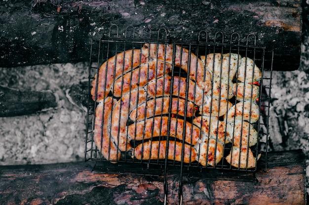 Refeição quente com churrasco defumado em carvão e lenha queimada. Foto Premium