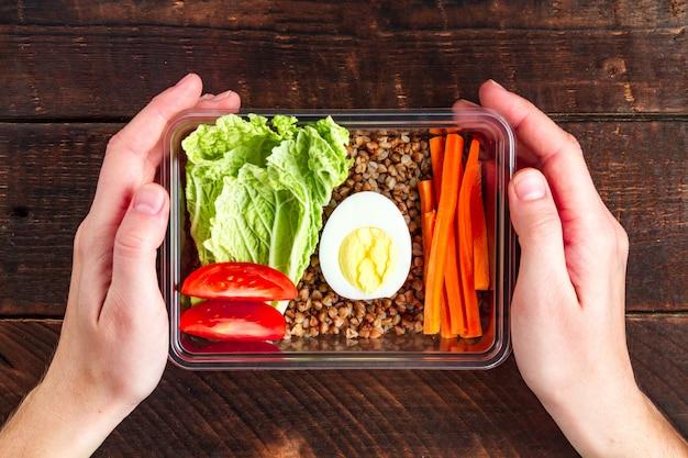 Refeição saudável, dietética e saudável em um recipiente de plástico Foto Premium