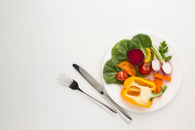 Refeição saudável plana leigos no prato com espaço de cópia Foto gratuita