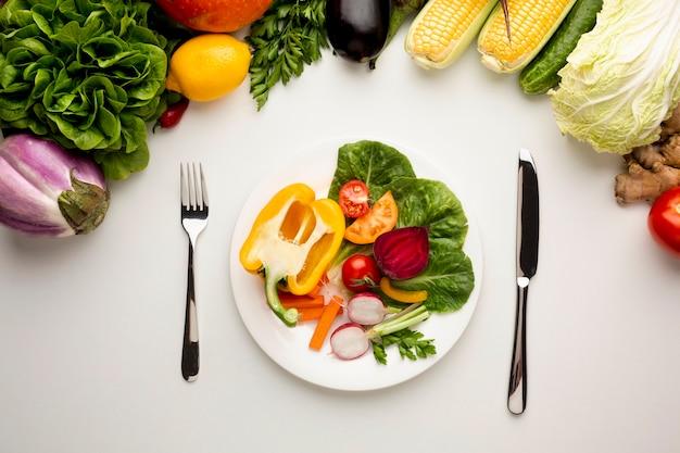 Refeição saudável plana leigos no prato Foto gratuita