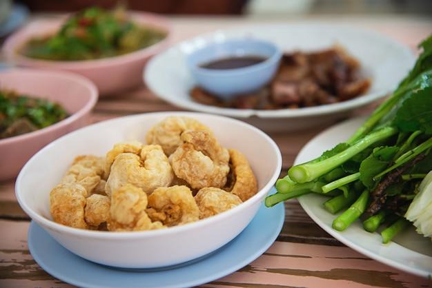 Refeição tradicional comida local estilo norte da tailândia Foto gratuita