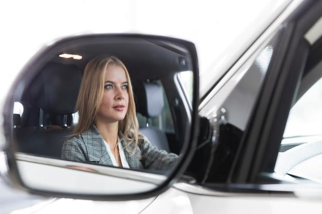 Reflexão de close-up de uma mulher no espelho Foto gratuita
