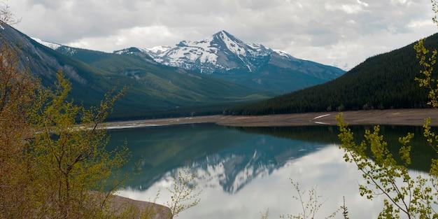 Reflexão, de, montanha, em, medicina, lago, jasper parque nacional, alberta, canadá Foto Premium