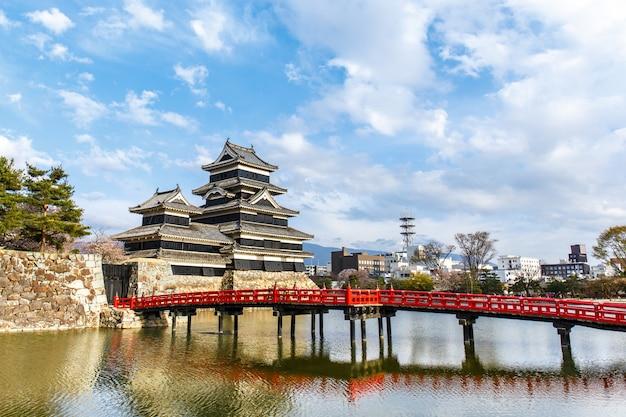 Reflexão do castelo de matsumoto com luz quente na manhã Foto Premium