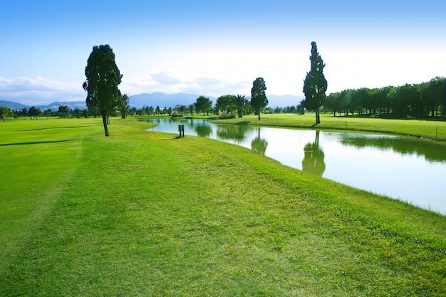 Reflexão do lago do campo de grama verde do campo de golfe Foto Premium