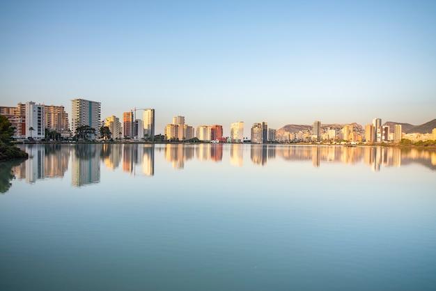 Reflexo da cidade de calpe na água Foto Premium