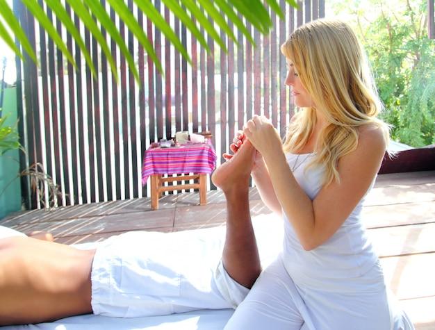 Reflexologia massagem terapêutica fisioterapia selva Foto Premium