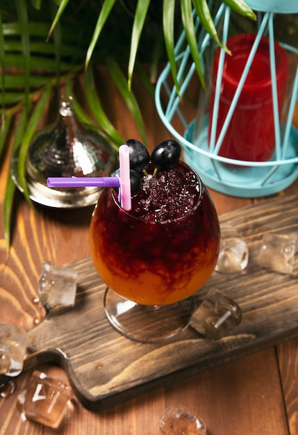 Refrescante, uva vermelha, bebida, em, vidro, com, cubos gelo Foto gratuita