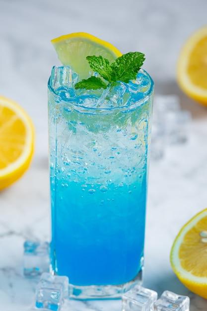 Refresque-se com blue hawaiian soda. Foto gratuita