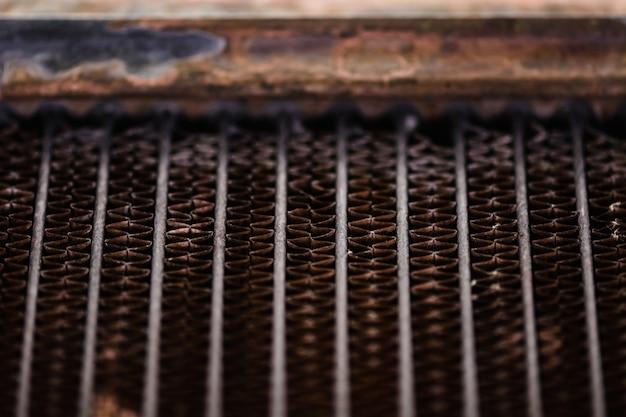 Refrigerador automotivo velho e enferrujado. textura de treliça enferrujada, vermelha. grade. Foto Premium