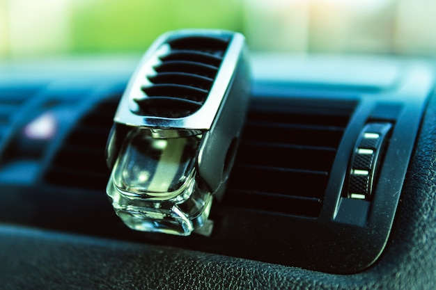 Refrogerador de ar na abertura do carro, interior preto, defletores do carro, ar fresco. Foto Premium