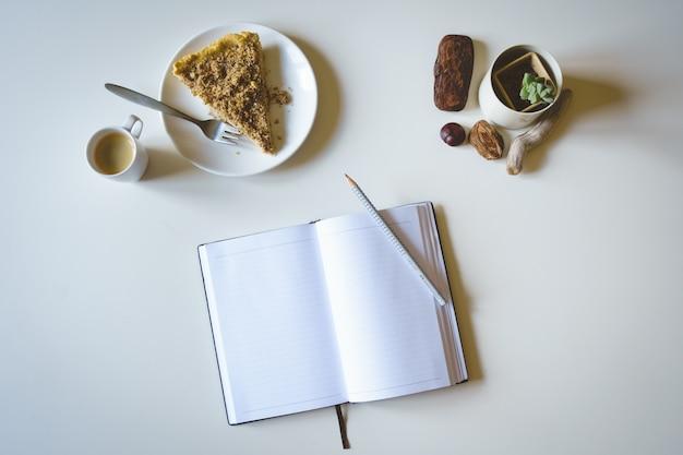 Registo de manhã com bolo e café Foto gratuita